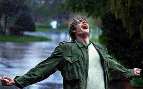 Boy-Screaming-in-the-rain-khurki.net