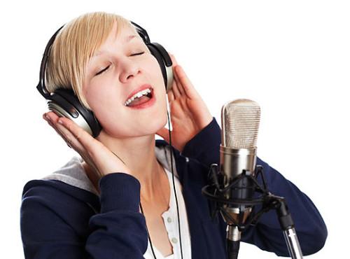 Blond-Girl-Singing