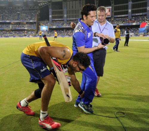 Yuvraj Singh of Delhi Daredevils shares a lighter moment with Sachin Tendulkar Icon of Team Mumbai Indians during match 39 of the Pepsi IPL 2015 (Indian Premier League) between The Mumbai Indians and The Delhi Daredevils held at the Wankhede Stadium in Mumbai India on the 5th May 2015. Photo by: Pal Pillai / SPORTZPICS / IPL