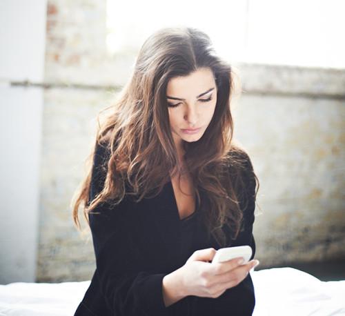 woman-looking-at-phone-Khurki.net