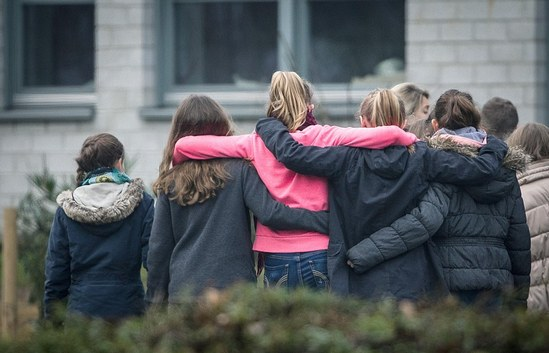 26F8913300000578-3010772-Students_were_pictured_hugging_each_other_as_they_stood_in_front-a-73_1427283383811